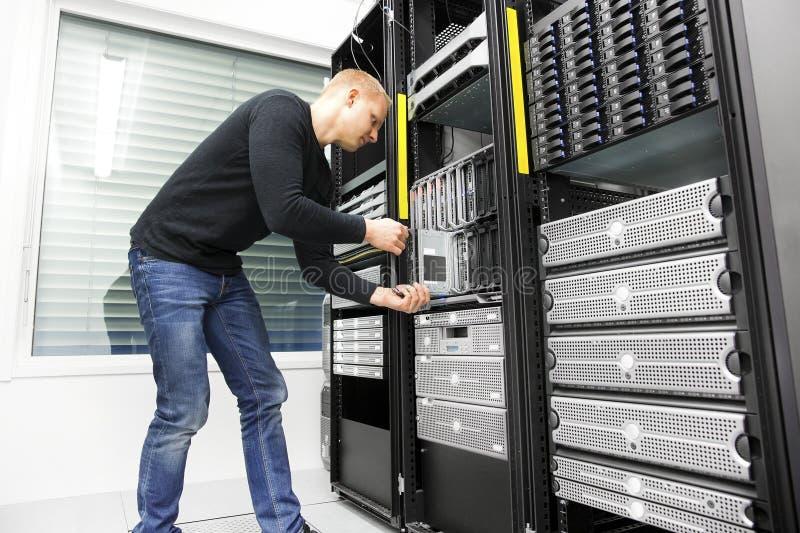 IT工程师在datacenter安装刀片服务器 免版税图库摄影