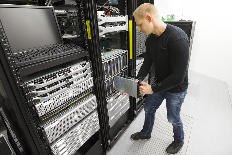 IT工程师在datacenter安装刀片服务器 免版税库存照片