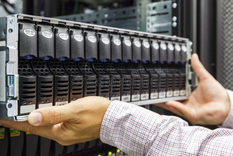 IT工程师在datacenter安装JBOD折磨 库存图片