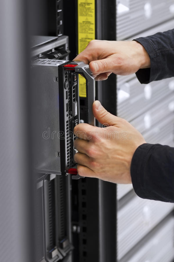 IT技术员安装刀片服务器 免版税库存图片