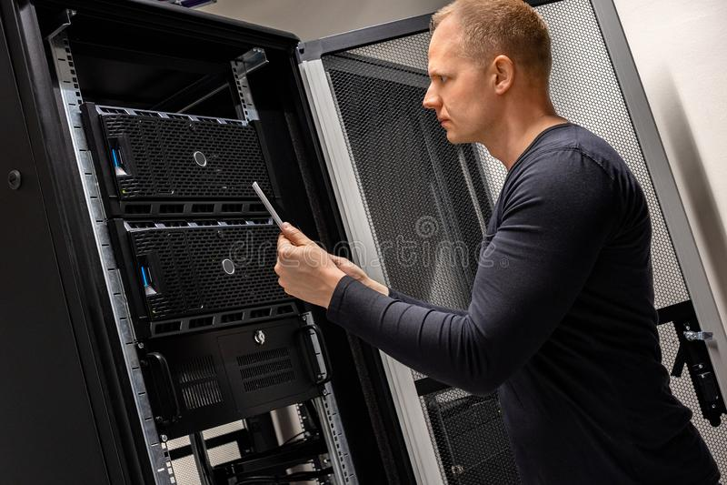 IT支持藏品分析服务器和网络的数字片剂在Datacenter 免版税库存图片