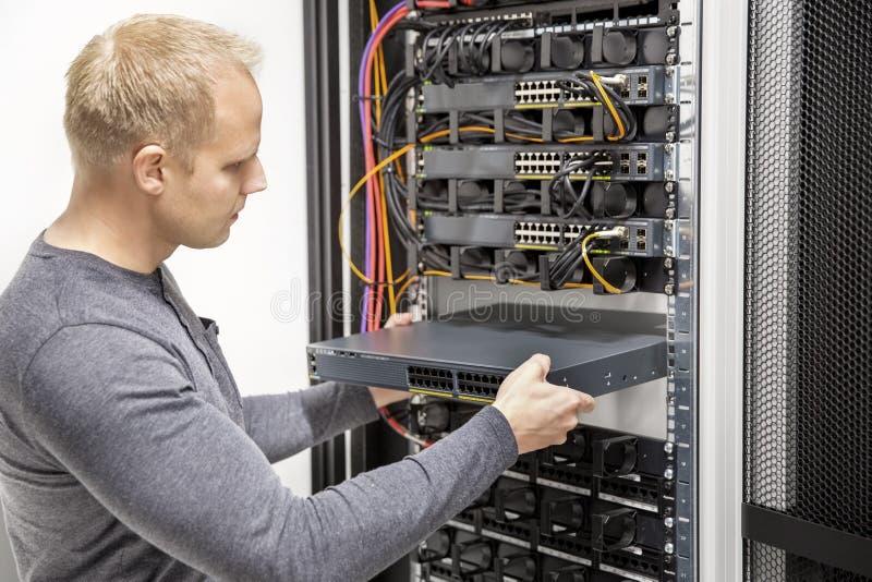 IT顾问修造在datacenter的网络机架 库存照片