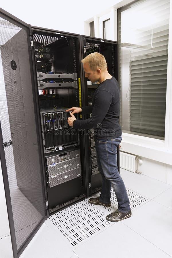 IT顾问安装刀片服务器 库存图片