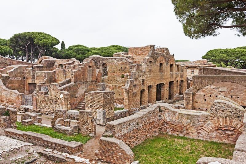 Ita archeologiczny Romański miejsce krajobraz w Ostia Antica, Rzym - zdjęcia stock