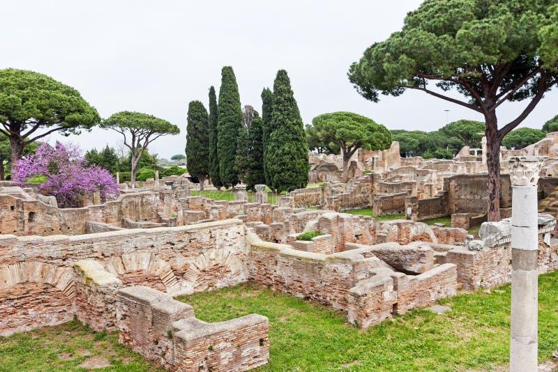 Ita archeologiczny Romański miejsce krajobraz w Ostia Antica, Rzym - obraz stock