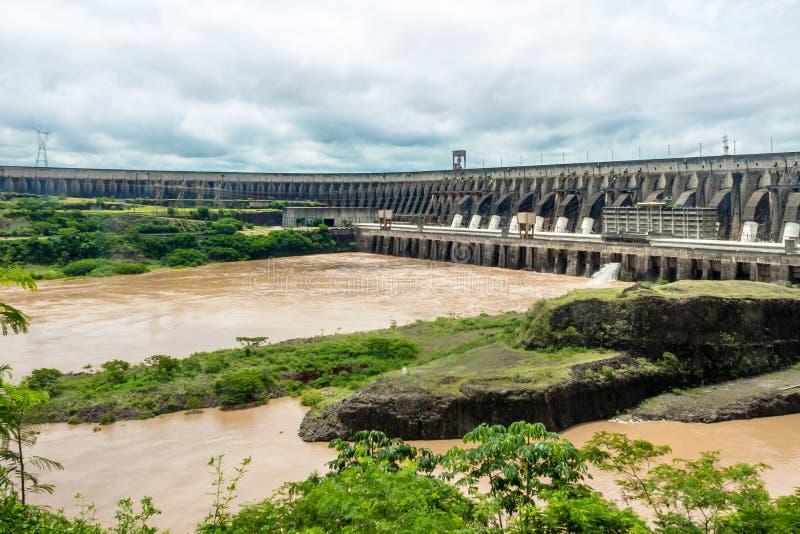 Itaipu fördämning - Brasilien och Paraguay gräns royaltyfri fotografi