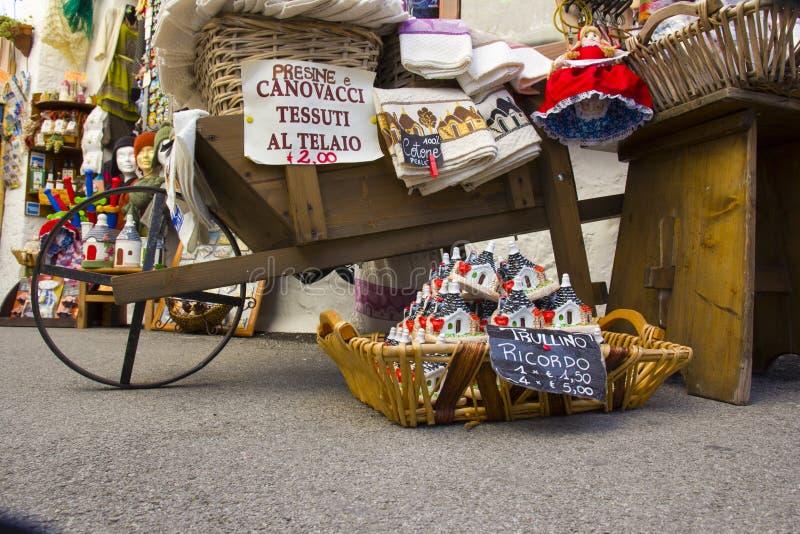 Italië, Alberobello: koopwaar voor verkoop in een typische opslag stock foto
