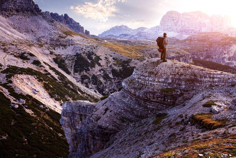 Italië, Dolomiet - Mannelijke wandelaar die zich op de onvruchtbare rotsen bevinden stock foto