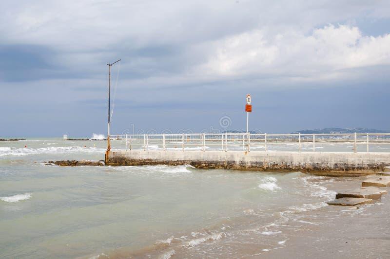 ITALIË, Falconara Marittima - 14 AUGUSTUS, 2013: Mening van het strand stock foto