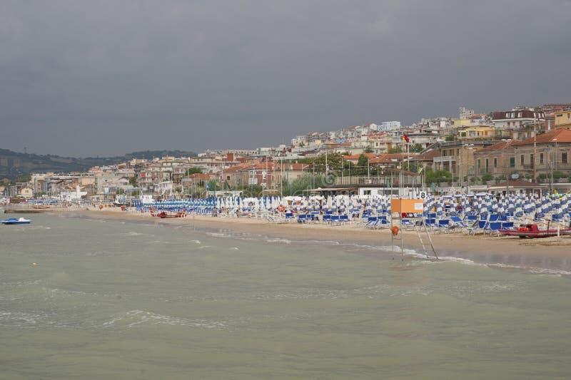 ITALIË, Falconara Marittima - 14 AUGUSTUS, 2013: Mening van het strand stock fotografie