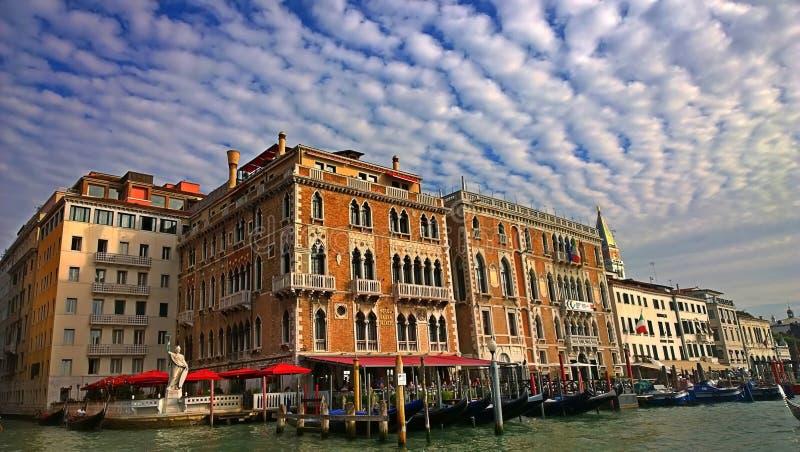 Italië Gang door de straten en de kanalen van Venetië stock foto's