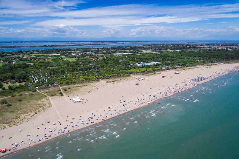 Italië, het strand van het Adriatische overzees Rust op het overzees dichtbij Venic royalty-vrije stock afbeeldingen