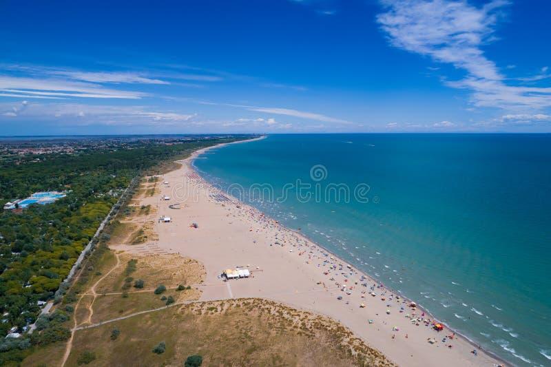 Italië, het strand van het Adriatische overzees Rust op het overzees dichtbij Venic stock afbeeldingen