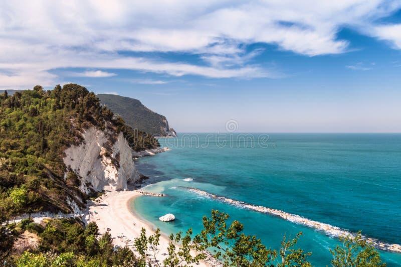 Italië Mei 2017 - mening van Numana-strand met glasheldere overzeese en kalksteenklip royalty-vrije stock foto