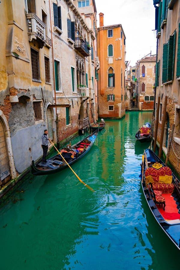 Italië - Mei 20, 2019: Weergeven op kanaal met van de gondelboot en motorboot water/rivier stock foto