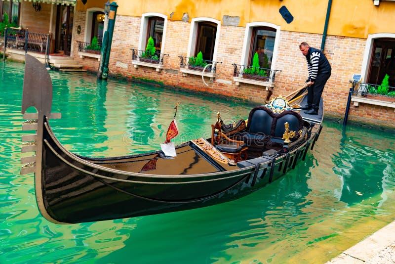 Italië - Mei 20, 2019: Weergeven op kanaal met van de gondelboot en motorboot water/rivier royalty-vrije stock afbeelding