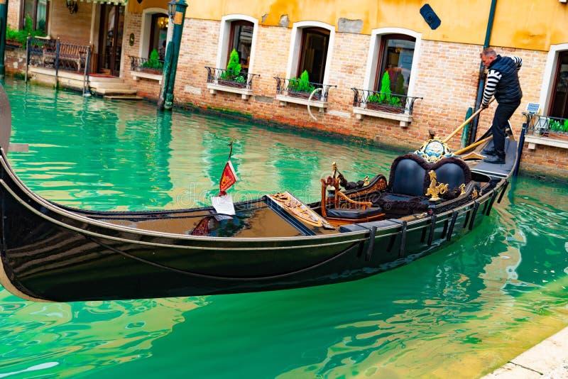 Italië - Mei 20, 2019: Weergeven op kanaal met van de gondelboot en motorboot water/rivier stock fotografie