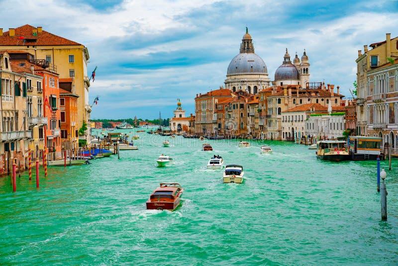 Italië - Mei 20, 2019: Weergeven op kanaal met van de gondelboot en motorboot water/rivier royalty-vrije stock foto's