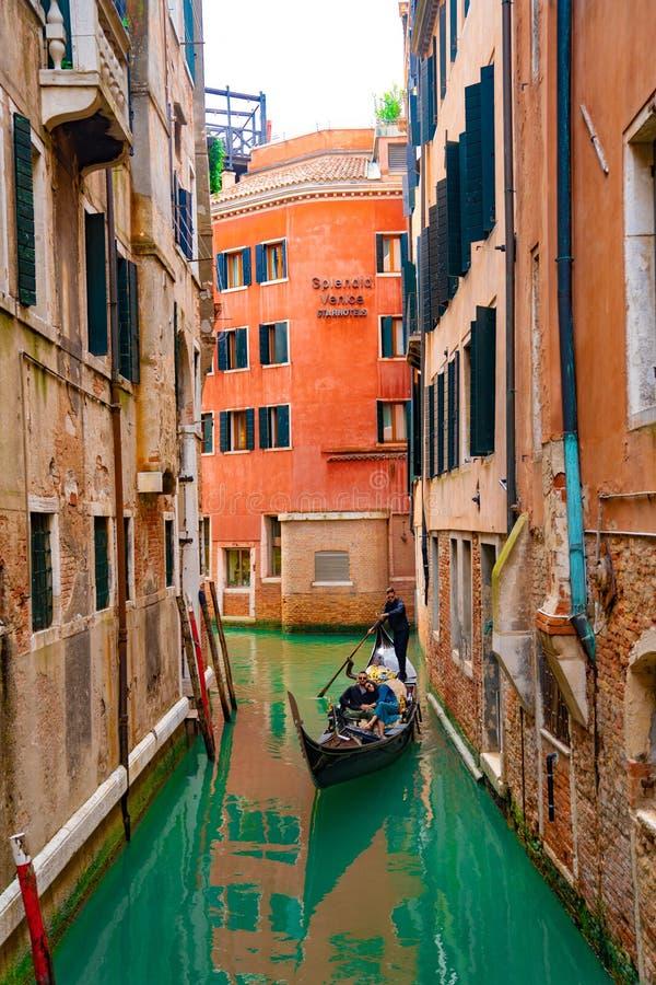 Italië - Mei 20, 2019: Weergeven op kanaal met van de gondelboot en motorboot water/rivier royalty-vrije stock afbeeldingen