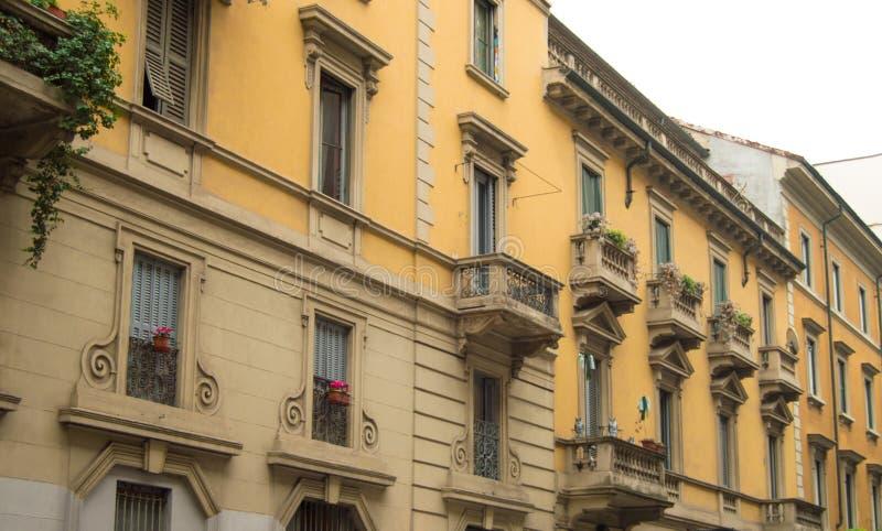 Italië, 5 Milaan-Oktober, 2018, de voorgevel van de mooie bouw van traditionele Italiaanse architectuur in het centrum van royalty-vrije stock afbeeldingen
