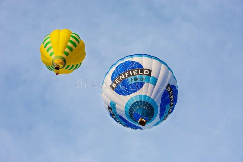 Italië, 06,2013 mondovì-Januari het Kleurrijke hete luchtballons vliegen stock foto