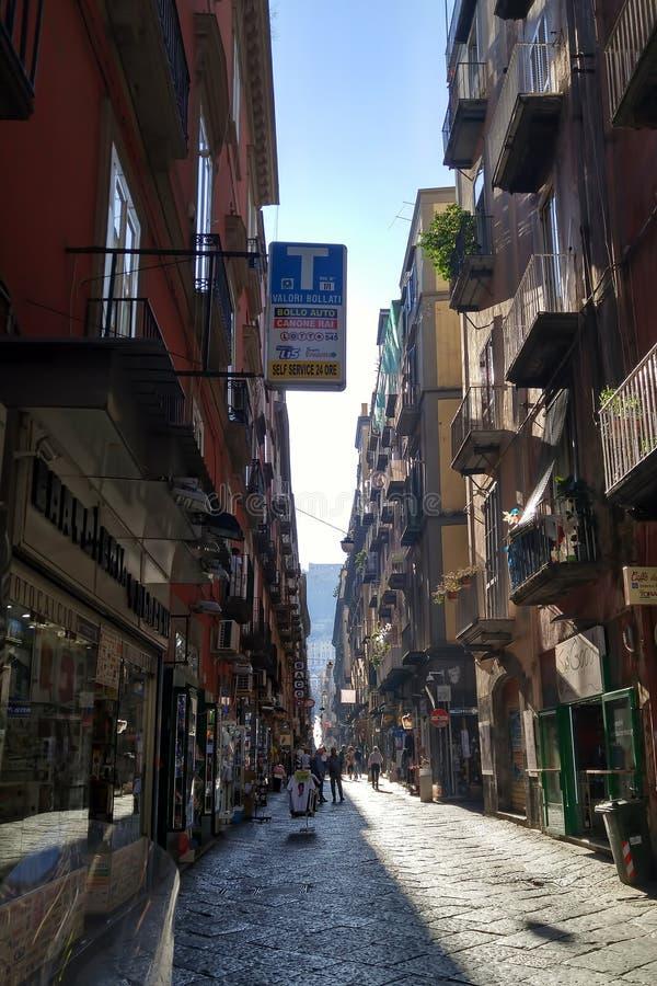 Italië Napels De herfst van 2018 De mensen lopen langs de smalle straten van de oude Europese stad royalty-vrije stock afbeeldingen