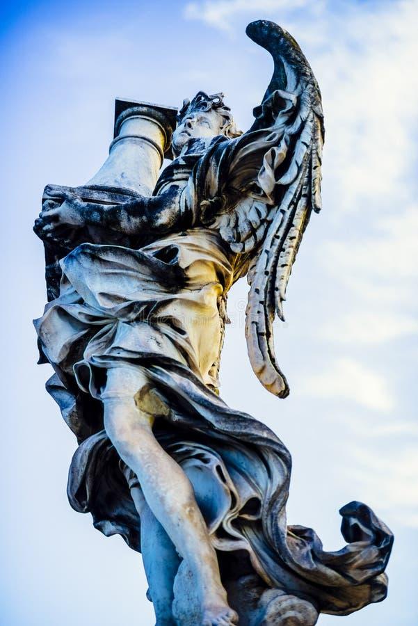 Italië, Rome, Castel Sant ` Angelo, standbeeld van een engel met een colum royalty-vrije stock afbeelding
