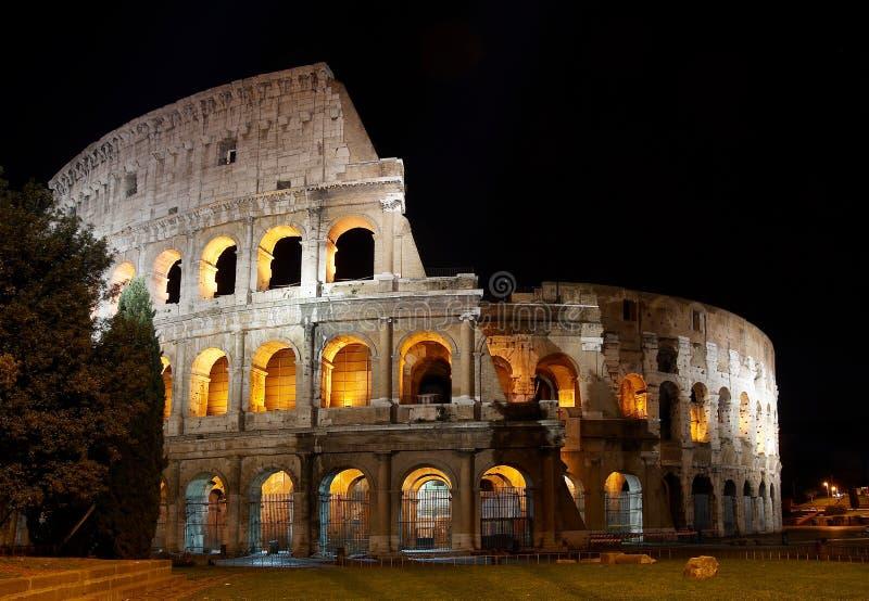 Italië. Rome (Rome). Colosseo (Coliseum) bij nacht stock foto