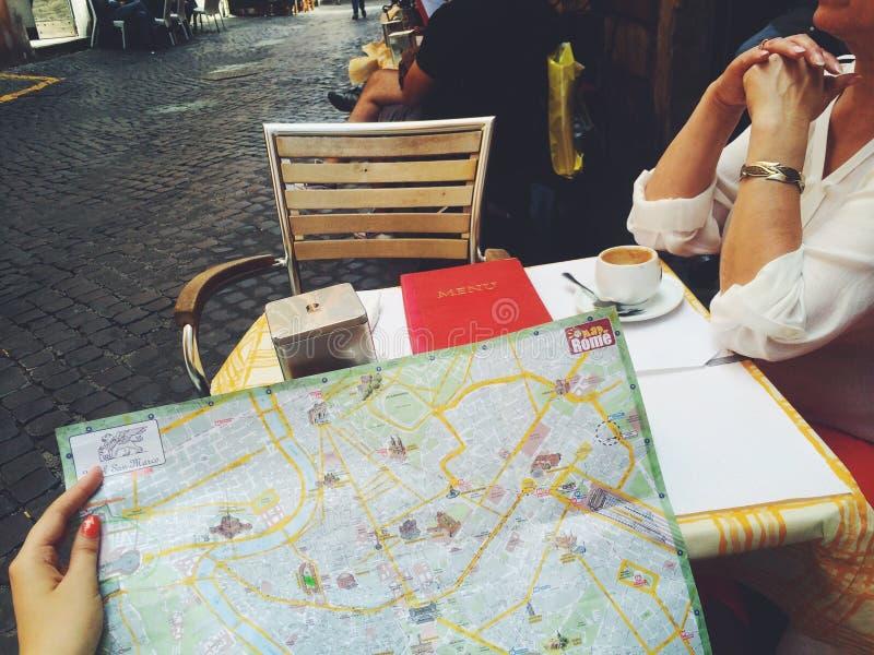 Italië Rome 2014 toeristen brengt koffie café mam dame in kaart me de manier van de de zomerpret stock afbeeldingen