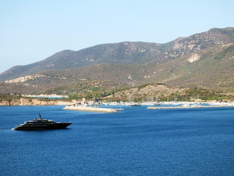 Italië, Sardinige, Teulada, Budello-haven, mening van de baai en de jachthaven stock foto
