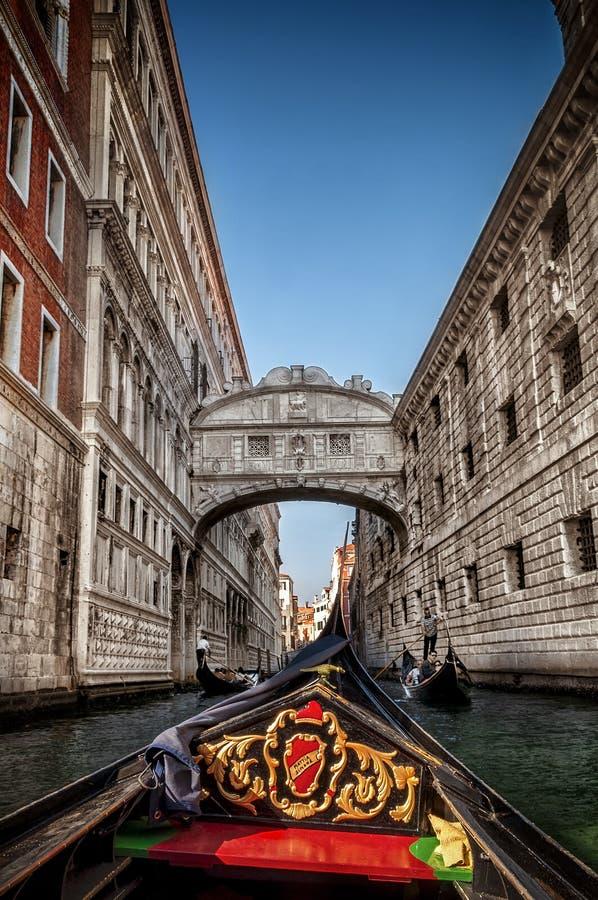 Italië September 2017 - mening van de brug van sospiri van Venetië door de gondel stock foto