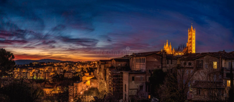 Italië Siena nacht Dramatische Wolken Zonsondergang Panorama royalty-vrije stock afbeelding