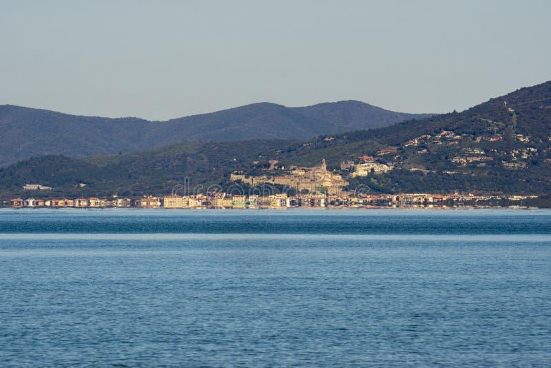 Italië Toscanië Maremma, op het strand naar Bocca Di Ombrone, mening van de kustlijn, op de achtergrond Marina di Grosseto en royalty-vrije stock foto's