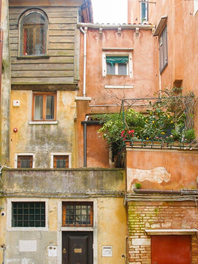 Italië, Venetië, huizen, oud Joods Getto, 4 niveaus, balkon met bloemen stock foto
