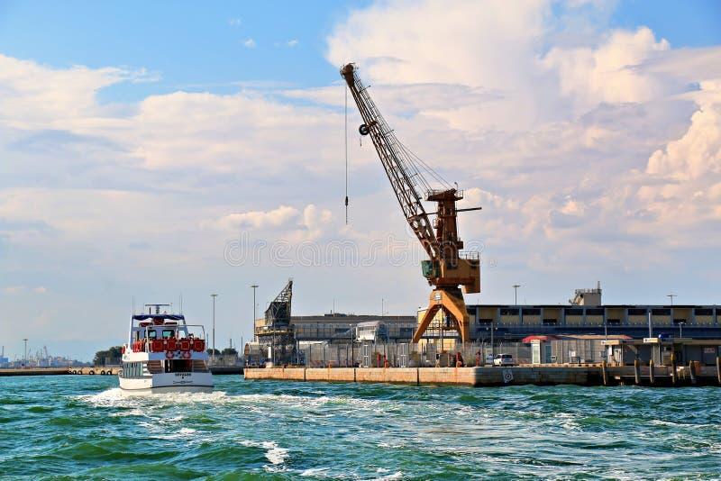 Italië, Venetië Kranen in haven en boot met passagiers stock afbeeldingen