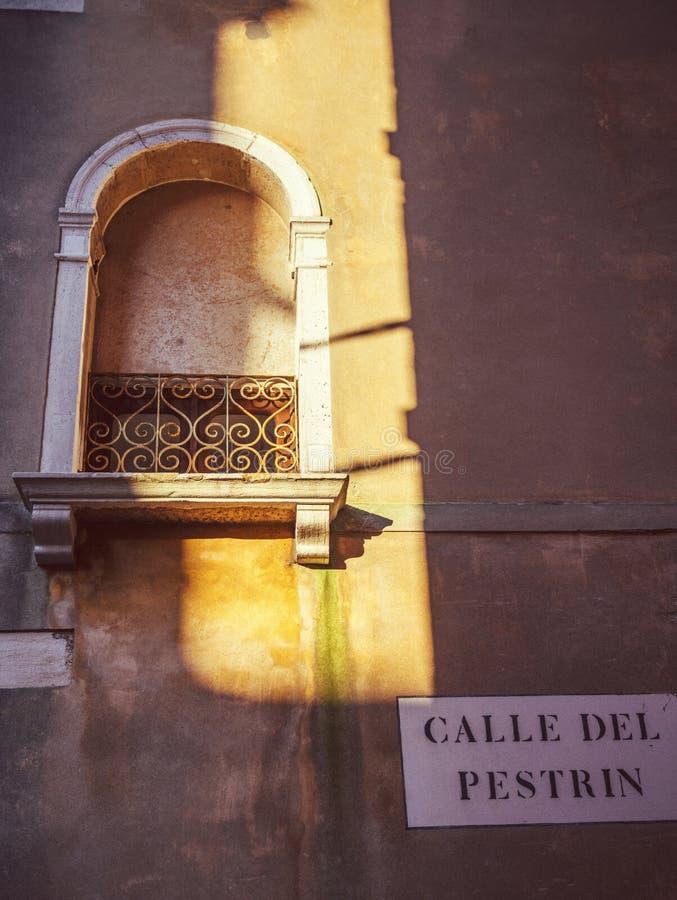 Italië, Venetië, venster met een zonstraal royalty-vrije stock foto's