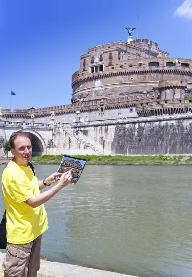 Itali? rome De mensenkunstenaar trekt Castel Sant Angelo royalty-vrije stock afbeelding