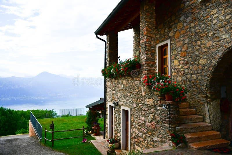 Italia Casa en el ` del balcón de Garda's del lago imagenes de archivo