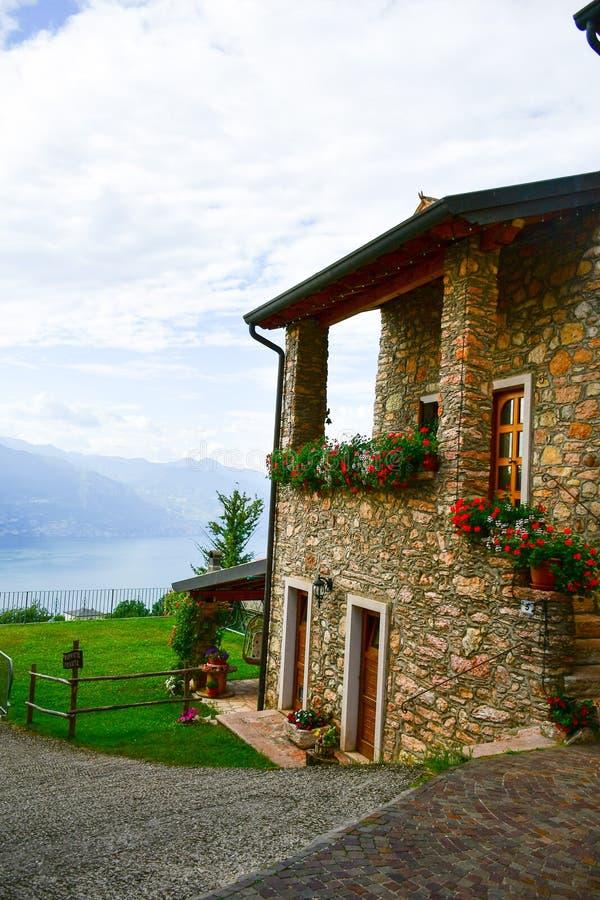 Italia Casa en San Zeno di Montagna ` Del balcón de Garda's del lago imagen de archivo libre de regalías