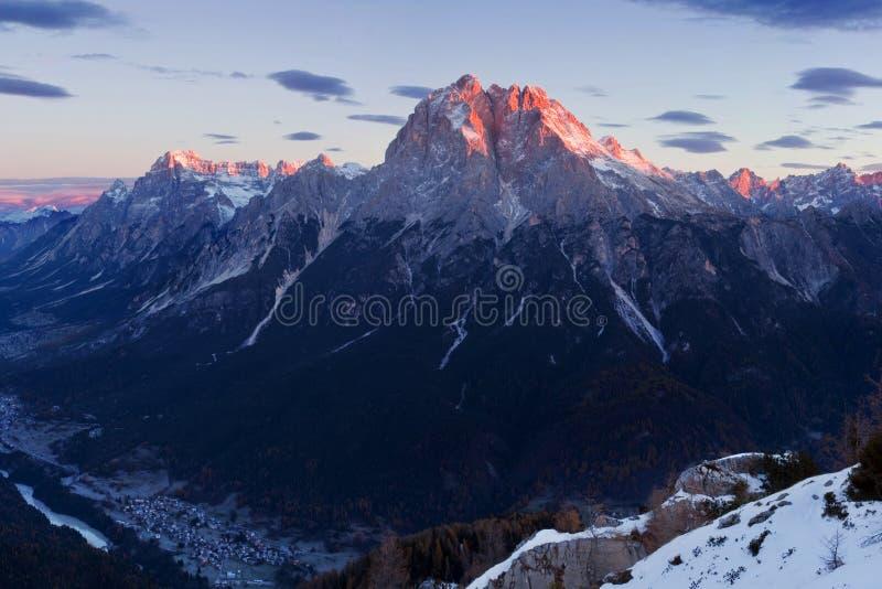 Italia, dolomías, montañas - paisaje maravilloso, sobre las nubes en el día hermoso en invierno con la primera nieve, Italia Mont fotos de archivo libres de regalías