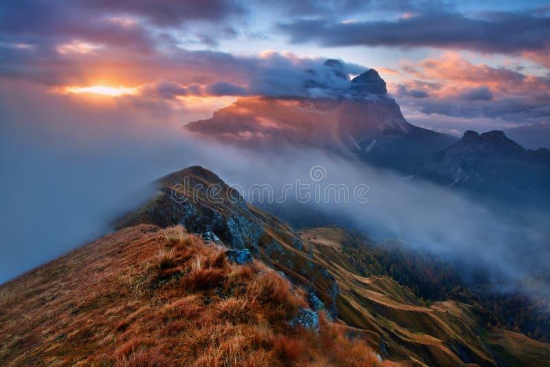 Italia, dolomías, montañas - paisaje maravilloso, sobre las nubes en el día hermoso en otoño, Italia Paisaje con la montaña alpin imagen de archivo