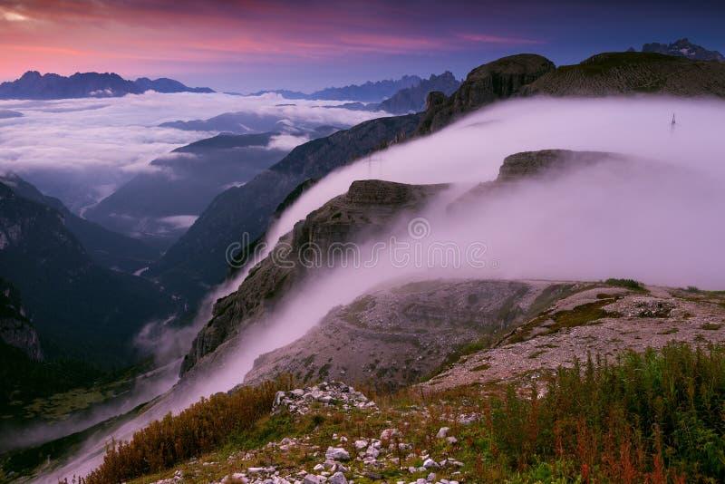 Italia, dolomías - paisaje maravilloso, montañas en la madrugada nebulosa imagen de archivo
