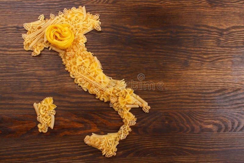 Italia hizo de las pastas en el fondo de madera foto de archivo