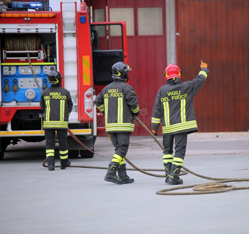 Italia, Itália - 10 de maio de 2018: três sapadores-bombeiros italianos e foto de stock
