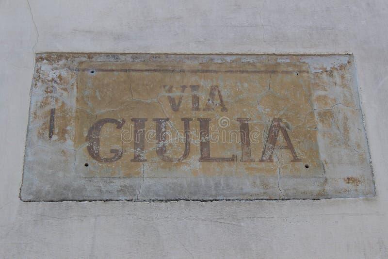 Italia: Señal antigua Giulia Street del camino imagen de archivo
