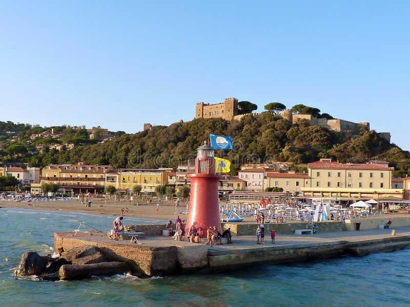Italia, Toscana, Grosseto, Maremma, della Pescaia, vista de Cactiglione del puerto y del castillo por el mar fotos de archivo libres de regalías
