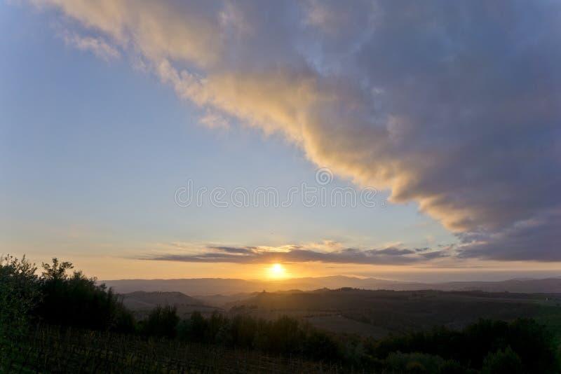 Italia, Toscana, panorama del campo cerca de Pienza, Siena en la puesta del sol foto de archivo libre de regalías