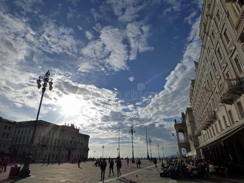 Italia, Trieste, la plaza principal y la prefectura fotos de archivo