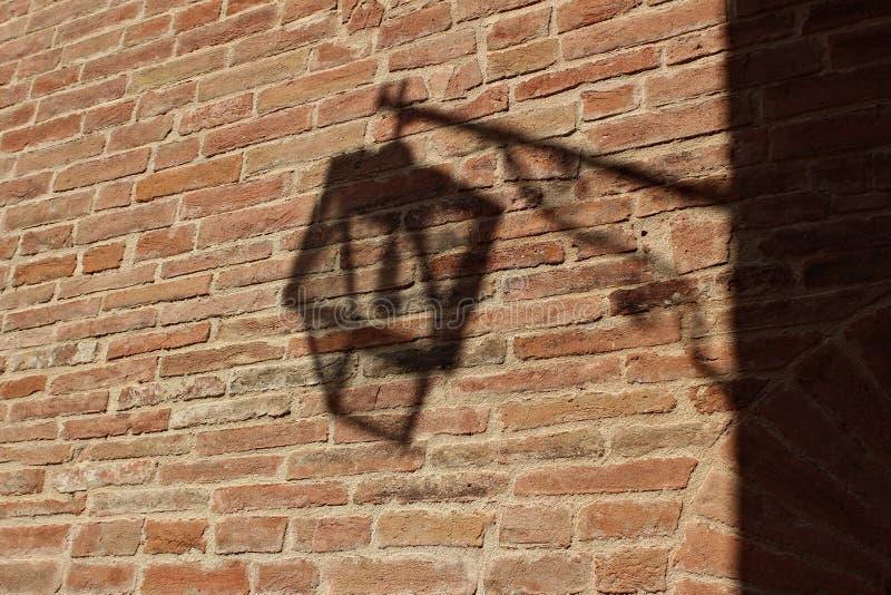 Italia, Umbría: La sombra del poste de la lámpara foto de archivo libre de regalías