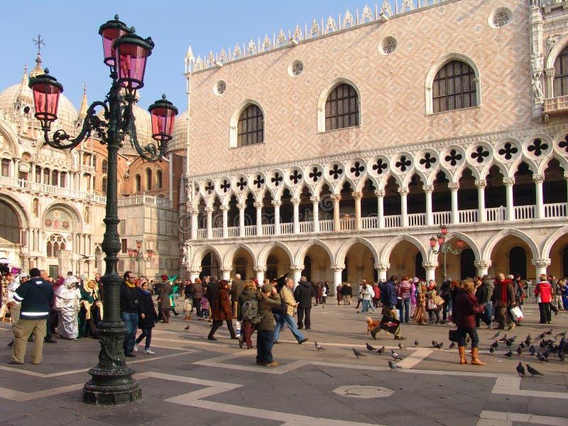 Italia Venecia El palacio del dux (Palazzo Ducale) y lámpara de calle rosada fotografía de archivo